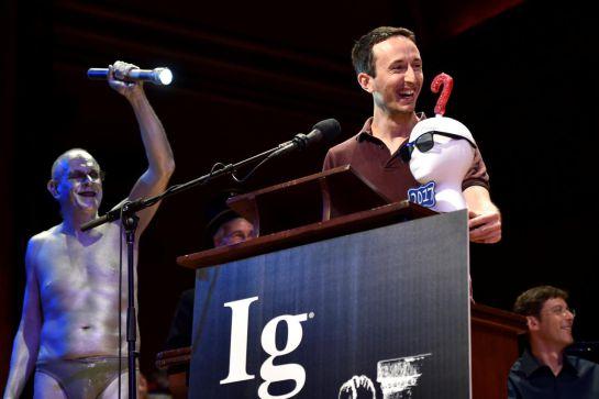 """Marc-Antoine Fardin aceptando su premio IG Nobel en Física por su estudio:  """"Can a Cat Be Both a Solid and a Liquid"""" durante la vigésimo séptima entrega de este reconocimiento"""