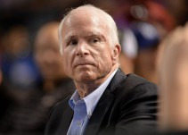 John McCain busca reglamentar publicidad política en Facebook y Google