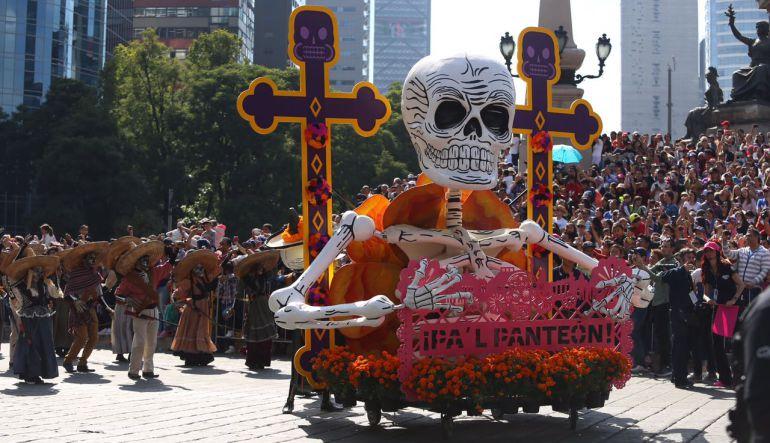Catrinas, colores y flores en desfile por muertos en la CDMX