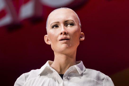 """""""Sophia"""", la primera humanoide ciudadana de los Emiratos Árabes"""