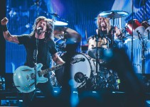 Foo Fighters rinde tributo a AC/DC en el CC17