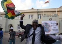 """Zimbabwe celebra el fin de la era """"Mugabe"""" tras 37 años en el poder"""