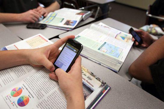 Ministerio de Francia prohíbe el uso de celulares en escuelas
