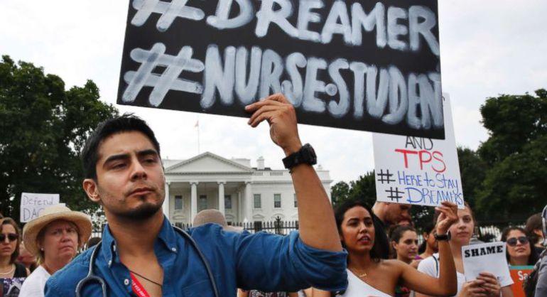 DACA, indocumentados: Revés para Trump; Un juez detiene la medida para deportar a dreamers
