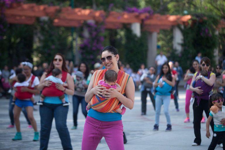 Celebran maternidad con bailes entre madres y bebés