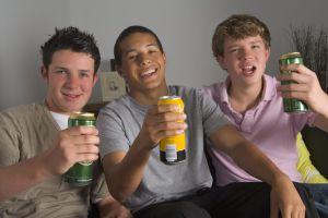¿Qué hacer si mi hijo bebe alcohol a temprana edad?