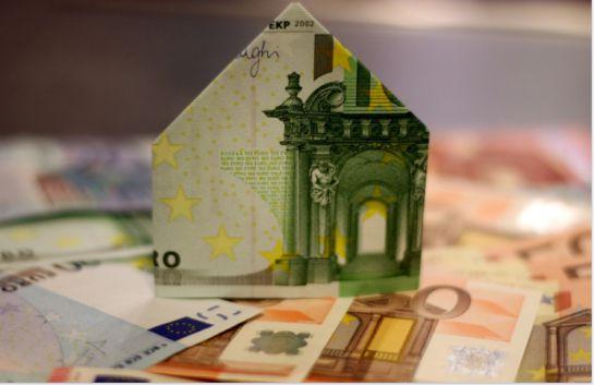 En el Buró de crédito puedes solicitar un crédito hipotecario así podrás financiar tu hogar. En la imagen se muestra una casa hecha de billetes