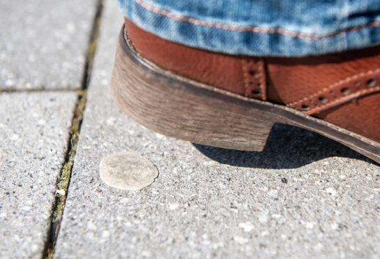 SOPITAS: Multas por tirar chicles en la vía pública