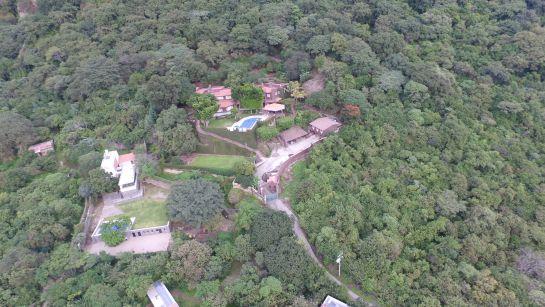 El senador tiene también una residencia estilo colonial en Tepoztlán, Morelos, valuada actualmente en cerca de 60 millones de pesos.