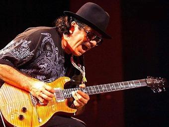 Se entrega público a Carlos Santana durante actuación en Viña del Mar