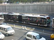 Embiste Metrobús un auto en Eje 4 Sur