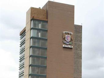 Marchan jóvenes hacia la Torre de Rectoría de la UNAM