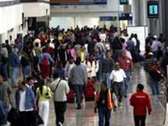 Confluyen 100 mil pasajeros en el aeropuerto del DF