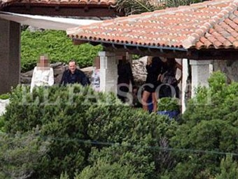 Existen 5 mil fotografías 'comprometedoras' en villa de Berlusconi