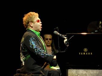 Resplandece Elton John en Chichén Itzá