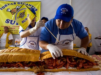 Rompen récord de la torta más grande del mundo