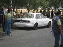 Dejan cadáver dentro de un auto en colonia de Acapulco