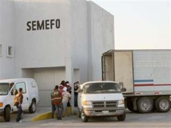 Acuden cientos a Semefo de Matamoros en busca de parientes desaparecidos