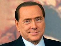Pide Berlusconi indemnización a revista que publicó fotos con mujeres