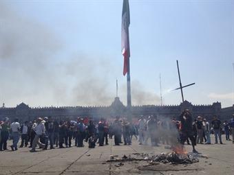 Prenden fogata en Zócalo por marcha de 1° de mayo