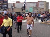 Marchan maestros rumbo a la Plaza de las Tres Culturas