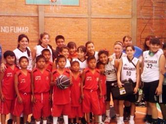 Reciben a niños triquis campeones de basquetball