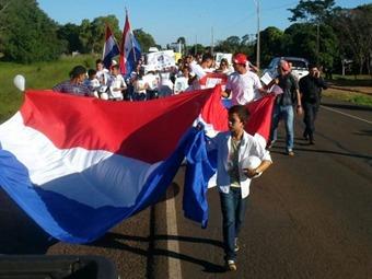 Marchan niños paraguayos para exigir liberación de Arlan Fick