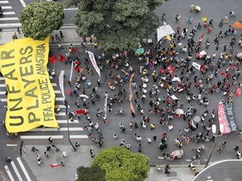 Dejan protestas tres periodistas heridos en Porto Alegre