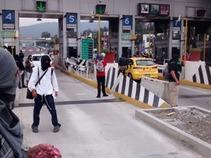 Toman encapuchados autopista México - Cuernavaca