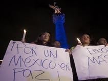 Se mantiene reclamo por Ayotzinapa pese al puente