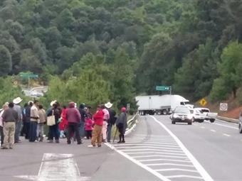 Indígenas bloquean carreteras en Michoacán
