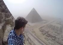Joven elude seguridad y escala las pirámides de Giza