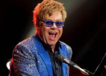 Elton John toca el piano en estación de tren londinense