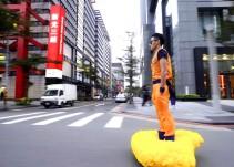 """Goku pasea sobre su """"nube voladora"""" por las calles de Taipei"""