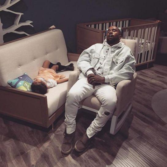Kim Kardashian publica foto de Kanye West dormido y el Internet lo convierte en un meme