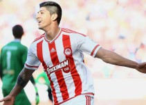 Alan Pulido buscó salir de Olympiacos