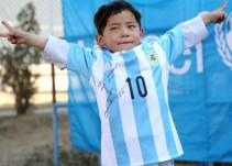 Messi envía playera autografiada a niño afgano