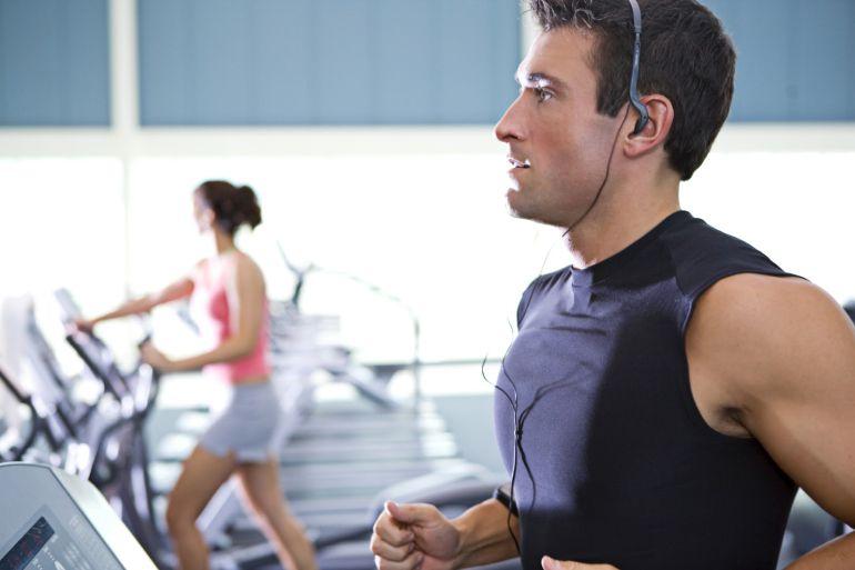 Las personas que acostumbran a correr sobre una caminadora tienen mayor peligro de sufrir una lesión.