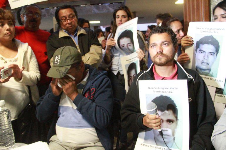 Padres de los 43 inician búsqueda ciudadana de sus hijos en Iguala
