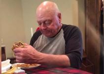 Abuelo prepara hamburguesas para sus nietos y ellos nunca llegan