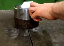 Esto es lo que sucede si doblas siete veces una hoja de papel con una prensa hidráulica