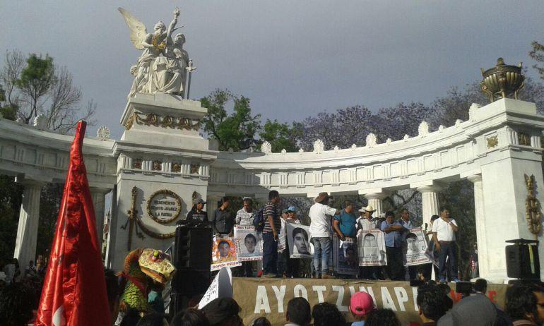 Marchan en la #CDMX padres de los normalistas de #Ayotzinapa, a 18 meses de su desaparición
