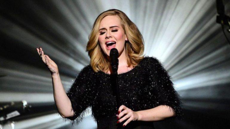 Adele invita a su doble a subir al escenario en pleno concierto