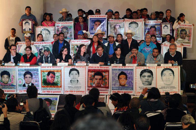 Padres Ayotzinapa. Foto: desinformemonos.org.mx