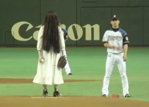 """Personajes de """"El Aro"""" y """"Grudge"""" juegan béisbol en Japón"""
