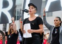 Gaga lee entre lágrimas nombre de las víctimas de la masacre en Pulse