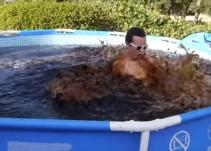 Joven llena piscina con 5.600 litros de refresco