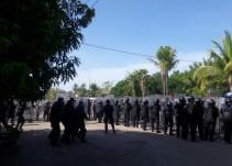 Integrantes de la CNTE se enfrentan con policías en Michoacán