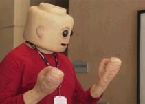 Este hombre LEGO de piel parece salido directamente de una pesadilla