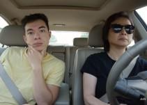"""El épico """"lip syncing"""" de un joven mientras viaja con su mamá en el auto"""